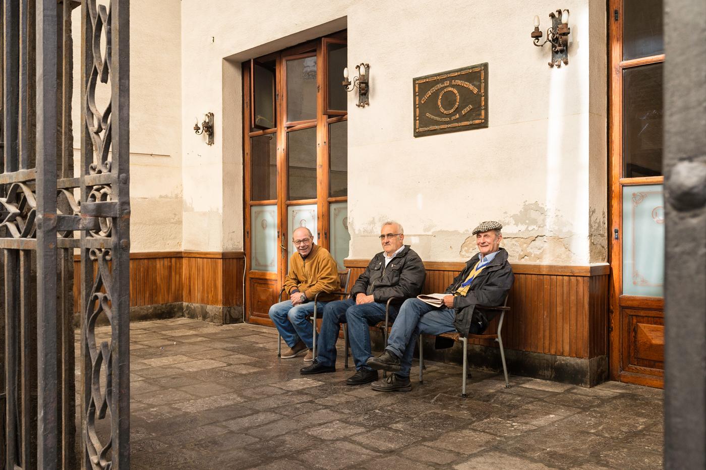 Oudere heren in Sicilië